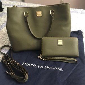 Gorgeous Dooney & Bourke forest green leather set!